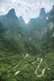 Vista de la carretera con curvas del parque nacional de la montaña de Tianmen foto de archivo