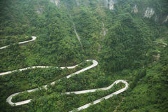 Vista de la carretera con curvas del parque nacional de la montaña de Tianmen fotos de archivo libres de regalías