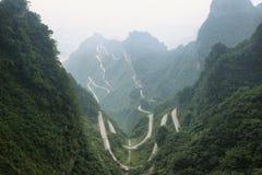 Vista de la carretera con curvas del parque nacional de la montaña de Tianmen imagenes de archivo