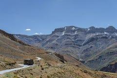 Vista de la carretera con curvas en montañas foto de archivo