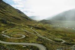 Vista de la carretera con curvas que va al glaciar de Pastoruri foto de archivo libre de regalías