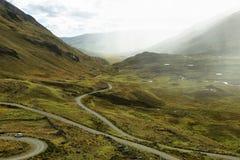 Vista de la carretera con curvas que va al glaciar de Pastoruri imagen de archivo