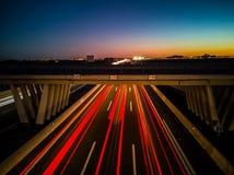 Vista de la carretera en la puesta del sol fotografía de archivo