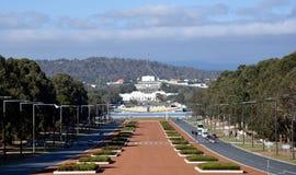 Vista de la casa de Anzac Parade y del parlamento en Canberra, Australia foto de archivo