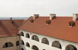 Vista de la casa con el tejado rojo Imágenes de archivo libres de regalías