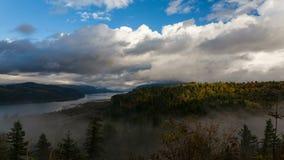 Vista de la casa de Vista en el punto de la corona a lo largo de la garganta del río Columbia con las nubes bajas y los colores d