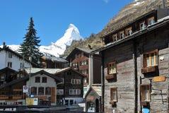 Vista de la casa de Zermatt, con montañas Fotografía de archivo libre de regalías