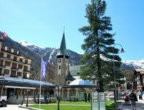 Vista de la casa de Zermatt, con montañas Imagen de archivo libre de regalías