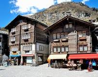 Vista de la casa de Zermatt, con montañas Foto de archivo