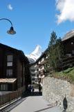 Vista de la casa de Zermatt, con montañas Fotos de archivo libres de regalías