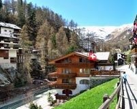 Vista de la casa de Zermatt, con montañas Imagen de archivo