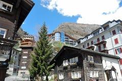 Vista de la casa de Zermatt, con montañas Imagenes de archivo