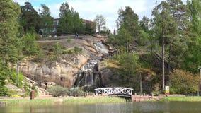 Vista de la cascada en el parque Sapokka del agua Kotka Finlandia almacen de metraje de vídeo