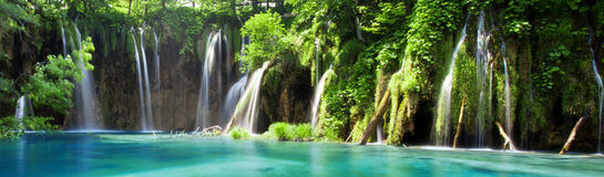 Vista de la cascada en los lagos croatas Plitvice del parque nacional Foto de archivo