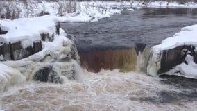 Vista de la cascada Voitsky Padun, día de febrero Karelia, Rusia almacen de video