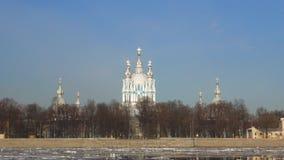 Vista de la catedral antigua de Smolny en una mañana de Sunny April St Petersburg almacen de video