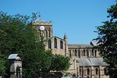 Vista de la catedral de Hexham de la calle principal en verano imagenes de archivo
