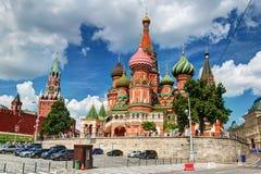 Vista de la catedral de la albahaca del santo y del Kremlin en Moscú, Rus Foto de archivo