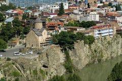 Vista de la catedral de Metekhis en centro de ciudad de Tbilisi de la fortaleza de Narikala, Georgia Imagen de archivo
