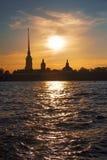 Vista de la catedral de Peter y de Paul Fortress en la puesta del sol foto de archivo libre de regalías