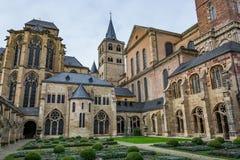 Vista de la catedral del Trier del claustro, Alemania Imagen de archivo libre de regalías
