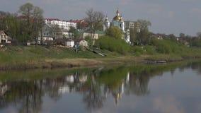 Vista de la catedral de la epifanía en el río occidental de Dvina Polotsk, Bielorrusia almacen de video