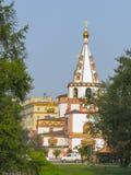 Vista de la catedral ortodoxa de la epifan?a en un d?a soleado del verano foto de archivo