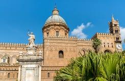 Vista de la catedral de Palermo con la estatua de Santa Rosalia, Sicilia imágenes de archivo libres de regalías