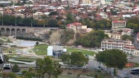 Vista de la catedral de Sameba y paisaje urbano de Tbilisi metrajes