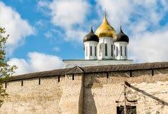 Vista de la catedral de la trinidad santa en la Pskov Krom o Pskov el Kremlin, Rusia Imagen de archivo libre de regalías