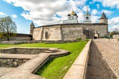 Vista de la catedral de la trinidad santa en la Pskov Krom o Pskov el Kremlin, Rusia Imagen de archivo