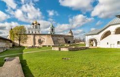 Vista de la catedral de la trinidad santa en la Pskov Krom o Pskov el Kremlin, Rusia Imagenes de archivo