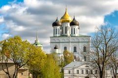 Vista de la catedral de la trinidad santa en la Pskov Krom o Pskov el Kremlin, Rusia Fotografía de archivo