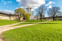Vista de la catedral de la trinidad santa en la Pskov Krom o Pskov el Kremlin, Rusia Foto de archivo libre de regalías