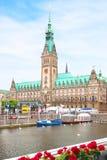 Vista de la catedral y del cuadrado en el cierre de Hamburgo para arriba Imágenes de archivo libres de regalías