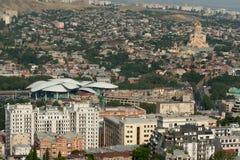 Vista de la catedral y del servicio público Hall Tbilisi de la trinidad santa Imagen de archivo libre de regalías