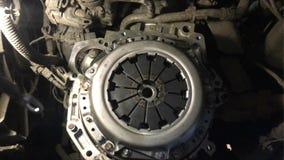 Vista de la cesta del embrague del coche durante la reparaci?n de un coche levantado en una elevaci?n en un taller de mantenimien ilustración del vector
