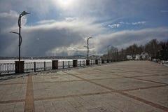 Vista de la charca congelada del terraplén de la charca de la ciudad Foto de archivo