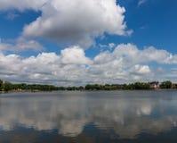 Vista de la charca y de las nubes superiores reflejadas en ella, Kaliningrado, Rusia fotografía de archivo