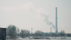 Vista de la chimenea de la fábrica almacen de video