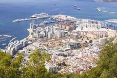 Vista de la ciudad abajo, del océano y de la playa de la altura de la roca de Gibraltar Fotografía de archivo libre de regalías