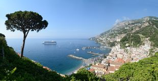 Vista de la ciudad de Amalfi con la costa costa Foto de archivo libre de regalías