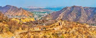 Vista de la ciudad de Amer con el fuerte Una atracción turística importante en Jaipur - Rajasthán, la India foto de archivo