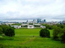 Vista de la ciudad cerca de Greenwich con la hierba verde y la nube hermosas imágenes de archivo libres de regalías
