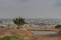 Vista de la ciudad de Dindigul desde arriba del fuerte de la roca imagen de archivo libre de regalías