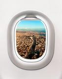 Vista de la ciudad de Estambul en Turquía de la ventana del aeroplano fotografía de archivo
