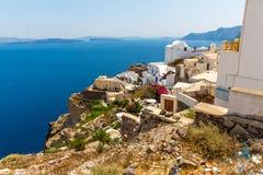 Vista de la ciudad de Fira - isla de Santorini, Creta, Grecia. Escaleras concretas blancas que llevan abajo a la bahía hermosa Fotos de archivo libres de regalías