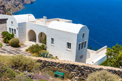 Vista de la ciudad de Fira - isla de Santorini, Creta, Grecia. Escaleras concretas blancas que llevan abajo a la bahía hermosa Imagenes de archivo