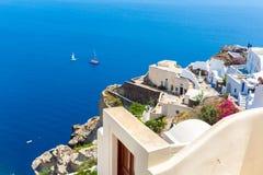 Vista de la ciudad de Fira - isla de Santorini, Creta, Grecia. Escaleras concretas blancas que llevan abajo a la bahía hermosa Fotos de archivo