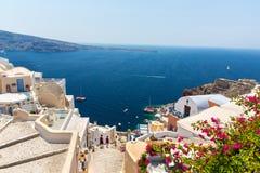 Vista de la ciudad de Fira - isla de Santorini, Creta, Grecia. Escaleras concretas blancas que llevan abajo a la bahía hermosa Imagen de archivo libre de regalías